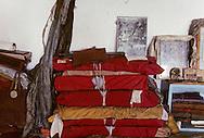 Mongolia. Bibliothèque de soutras. (Temple de Pontsogtchoidlin Kree, Mongolie, sum de IK TAMIR.) Les soutras (sudar) sont des livres religieux de format oblong, de différentes dimensions, dont les feuilles, imprimées recto-verso, généralement en tibétain, sont volantes. Lorsqu'il ne se trouve pas dans une boîte spéciale, le livre est maintenu dans un tissu puis ficelé. Dans les petits temples de province, les soutras sont souvent soigneusement empilés les uns sur les autres dans un coin , avec un bout de tissu blanc qui indique leur titre. Ces livres sacrés avaient pratiquement disparus, cachés en grand secret chez les particuliers durant la période communiste. Maintenant, nombreux sont ceux les laïcs qui en font don à l'église lamaïque mongole en pleine renaissance. (dans l'aymag de ARQANGAY