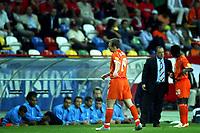 Fotball<br /> Euro 2004<br /> 18.06.2004<br /> Foto: Pro Shots/Digitalsport<br /> NORWAY ONLY<br /> <br /> Nederland v Tsjekkia<br /> <br /> onbegrijpelijke wissel van arjen robben , advocaat lijkt als enige deze wissel te begrijpen