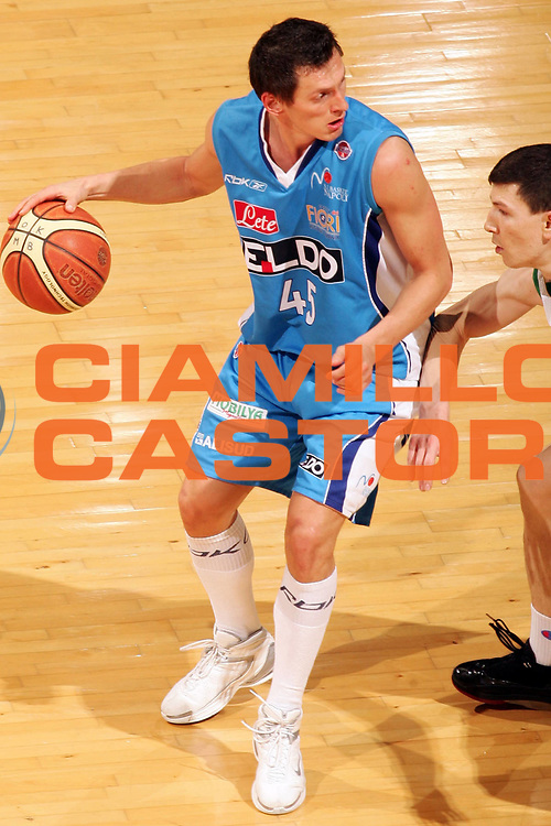 DESCRIZIONE : Siena Lega A1 2007-08 Montepaschi Siena Eldo Napoli <br /> GIOCATORE : Janis Blums <br /> SQUADRA : Eldo Napoli <br /> EVENTO : Campionato Lega A1 2007-2008 <br /> GARA : Montepaschi Siena Eldo Napoli <br /> DATA : 03/02/2008 <br /> CATEGORIA : Palleggio <br /> SPORT : Pallacanestro <br /> AUTORE : Agenzia Ciamillo-Castoria/P.Lazzeroni
