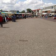 NLD/Huizen/20050611 - Bottermarkt haven Huizen.leeg plein, weinig publiek, stil