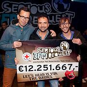 NLD/Enschede/20121224 - Serious Request finale 2012, Dag 7, De eindstand van 12.251.667 finaleavond en verlaten Glazen Huis, Michiel Veenstra, Giel Beelene en gerard Ekdom op het podium