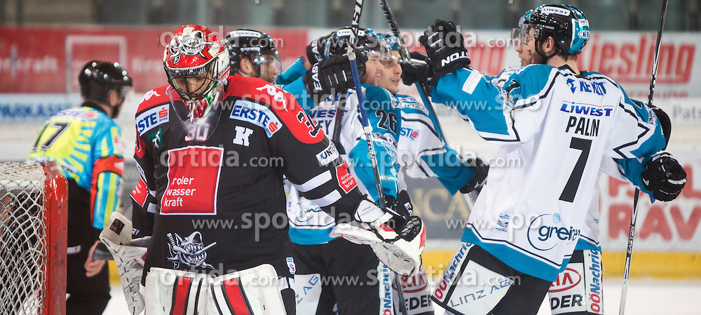 17.11.2015, Tiroler Wasserkraft Arena, Innsbruck, Österreich, EBEL, HC TWK Innsbruck die Haie vs EHC Liwest Black Wings Linz, 21. Runde, im Bild Torjubel EHC Liwest Black Wings Linz nach dem Tor zum 1:2 durch Fabio Hofer (EHC Liwest Black Wings Linz) // during the Erste Bank Icehockey League 21st round match between HC TWK Innsbruck  die Haie and EHC Liwest Black Wings Linz at the Tiroler Wasserkraft Arena in Innsbruck, Austria on 2015/11/17. EXPA Pictures © 2015, PhotoCredit: EXPA/ Jakob Gruber