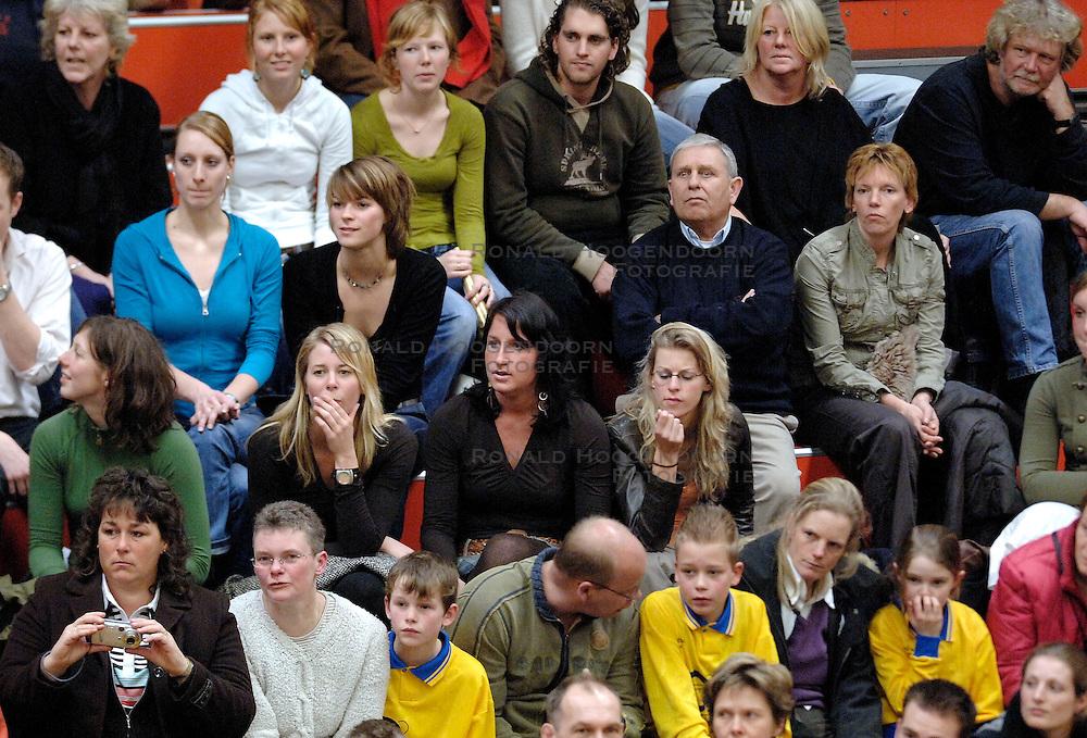 18-03-2006 VOLLEYBAL: PLAY OFF HALVE FINALE: PIET ZOOMERS D - HVA AMSTERDAM: APELDOORN<br /> Piet Zoomers wint de eerste van de vijf wedstrijden vrij eenvoudig met 3-0 / Supporters - publiek<br /> Copyrights2006-WWW.FOTOHOOGENDOORN.NL