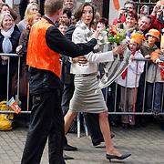 NLD/Makkum/20080430 - Koninginnedag 2008 Makkum, Marilene wil niet dansen en weigerd