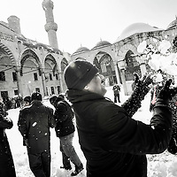Istanbul, Turkey 18 February 2008 <br /> View of a snow-covered Istanbul. <br /> Tourist play with the snow inside of the courtyard of the Blue Mosque.<br /> Photo: Ezequiel Scagnetti