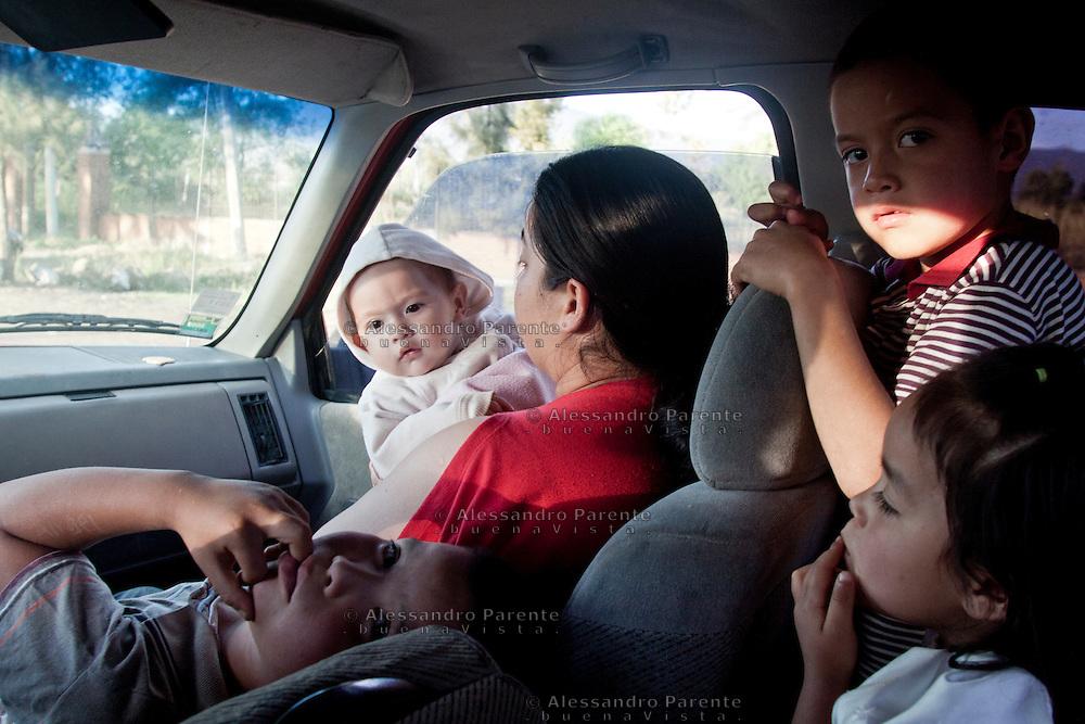 Una famiglia di rifugiati torna a Los Reyes dopo essere scappati sotto minaccia della organizzazione malavitosa dei templari. In questi giorni la loro casa sarà liberata dall'autodifesa.