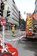 Mannheim. 30.06.17   Brand in der Innenstadt<br /> Innenstadt. N7. Brand in einer Bar.<br /> Zu einem größeren Rückstau von Lieferfahrzeugen in der Kunststraße führt derzeit ein Brand in der Mannheimer Innenstadt. Wegen der Löscharbeiten ist die Kunststraße derzeit noch gesperrt. Die Feuerwehr war am Morgen zu einer Verpuffung in einem Gastronomiebetrieb gerufen worden. Tatsächlich brannte es in der Küche. Das Feuer führte zu einer starken Rauchentwicklung. Zeitweise waren zwei Löschzüge der Berufsfeuerwehr und die Freiwillige Feuerweh Innenstadt im Einsatz. Derzeit werden die Schläuche eingerollt, die Einsatzstelle wohl in kurzer Zeit freigegeben. Bei dem Brand zogen sich drei Personen Rauchgasvergiftungen zu. Sie kamen zur Behandlung ins Krankenhaus.<br /> <br /> <br /> BILD- ID 0406  <br /> Bild: Markus Prosswitz 30JUN17 / masterpress (Bild ist honorarpflichtig - No Model Release!)