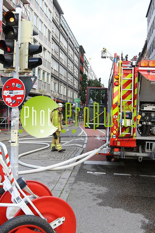 Mannheim. 30.06.17 | Brand in der Innenstadt<br /> Innenstadt. N7. Brand in einer Bar.<br /> Zu einem gr&ouml;&szlig;eren R&uuml;ckstau von Lieferfahrzeugen in der Kunststra&szlig;e f&uuml;hrt derzeit ein Brand in der Mannheimer Innenstadt. Wegen der L&ouml;scharbeiten ist die Kunststra&szlig;e derzeit noch gesperrt. Die Feuerwehr war am Morgen zu einer Verpuffung in einem Gastronomiebetrieb gerufen worden. Tats&auml;chlich brannte es in der K&uuml;che. Das Feuer f&uuml;hrte zu einer starken Rauchentwicklung. Zeitweise waren zwei L&ouml;schz&uuml;ge der Berufsfeuerwehr und die Freiwillige Feuerweh Innenstadt im Einsatz. Derzeit werden die Schl&auml;uche eingerollt, die Einsatzstelle wohl in kurzer Zeit freigegeben. Bei dem Brand zogen sich drei Personen Rauchgasvergiftungen zu. Sie kamen zur Behandlung ins Krankenhaus.<br /> <br /> <br /> BILD- ID 0406 |<br /> Bild: Markus Prosswitz 30JUN17 / masterpress (Bild ist honorarpflichtig - No Model Release!)