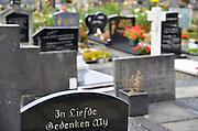 Nederland, Balgoy, 21-10-2016 Kerkhof. Er zijn graven met kennisgeving van ruiming. De Wijchense parochie De Twaalf Apostelen start binnen enkele maanden met het ruimen van graven op de kerkelijke begraafplaats in Balgoij. Nabestaanden van daar gelegen personen krijgen tot kort na Allerzielen een laatste kans ruiming van een graf te voorkomen. Het voornemen om graven waarvoor geen grafrechten worden betaald te ruimen, is al lange tijd omstreden in het dorp. Vijf jaar geleden dreigde een kwart van de ongeveer tweehonderd grafstenen verwijderd te worden, omdat er al lange tijd niet voor werd betaald. Foto: Flip Franssen