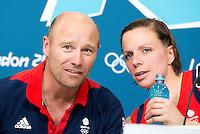 LONDEN - De bondscoach van de vrouwen van Groot Brittannie, Danny Kerry,  en aanvoerder Kate Walsh, tijdens de persconferentie na het behalen van het brons op de Olympische Spelen. ANP KOEN SUYK