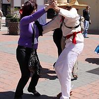 TOLUCA, México.- Por diversos puntos de la Ciudad de Toluca se encuentran bailarines y actores que amenizan la visita de los asistentes a la VII Conferencia Internacional de la Unión Iberoamericana de Municipalista, acompañados de música y una explicación de los sitios más importantes de la capital del Estado de México. Agencia MVT / Crisanta Espinosa. (DIGITAL)