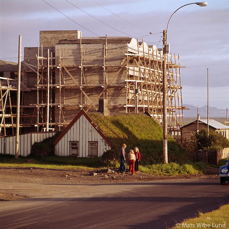 Litla-Brekka vi&eth; Su&eth;urg&ouml;tu &iacute; Reykjavik, Heimili Edvar&eth;s Sigur&eth;ssonar al&thorn;ingismanns og studentagar&eth;ar &iacute; byggingu. Myndin var tekin 1975.<br /> H&uacute;s Edvar&eth;s var byggt 1918 og rifi&eth; 1980 /  Sudurgata in Reykjavik 1975<br /> -<br /> From the anniversary exhibition &quot;Mats 1956-1978&quot;