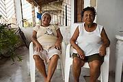 Maria Plácida de Jesus, 76 anos, (Dona Pracida) .considerada pelo povo a primeira vendedora da fruta no mercado público de Aracaju (à direita, de blusa branca)..Nesta foto ao lado de sua nora, também catadora e vendedora de mangaba..© Tatiana Cardeal.