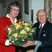 Laatste daad Margot Dierick als wethouder, bloemetje voor dhr. Kieviet