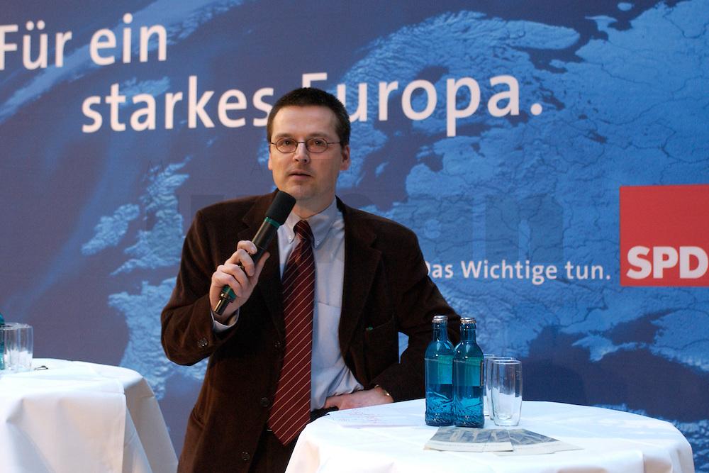 30 MAR 2004, BERLIN/GERMANY:<br /> Kajo Wasserhoevel, SPD Bundesgeschaeftsfuehrer, Empfang der Initiative Neue Inlaender der SPD, Willy-Brandt-Haus<br /> IMAGE: 20040330-04-006<br /> KEYWORDS: Neue Inl&auml;nder, T&uuml;rken, Tuerken, Kajo Wasserh&ouml;vel
