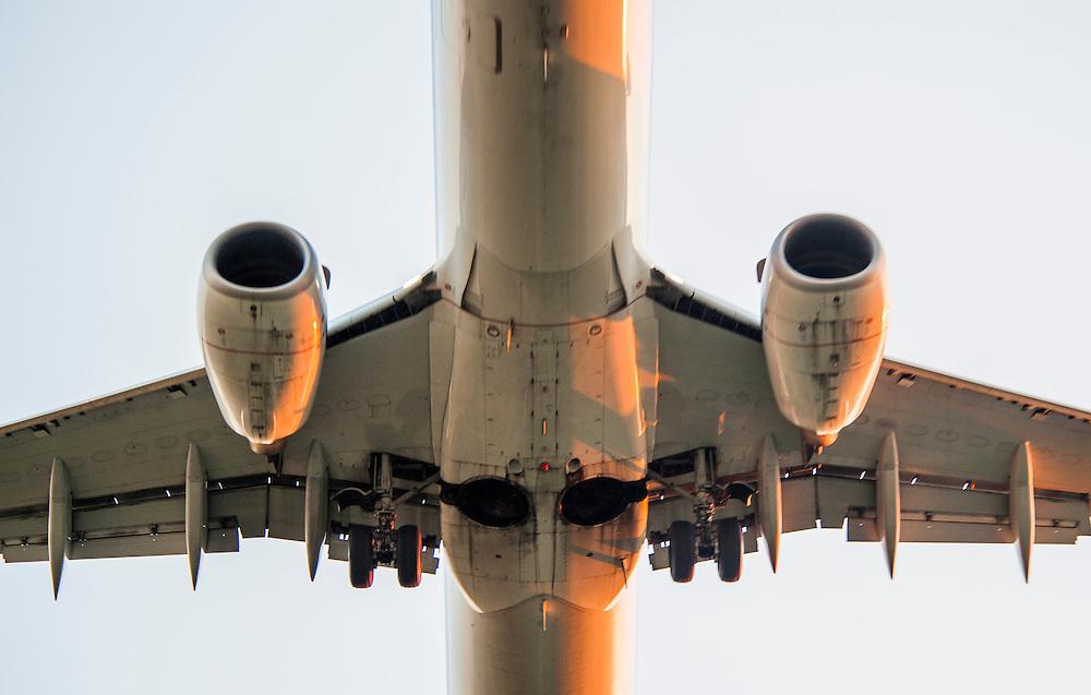 Nederland, Schiphol, 26 aug 2013<br /> Landend  vliegtuig. Vliegtuig vlakbij de landingsbaan op schiphol.<br /> Foto(c): Michiel Wijnbergh