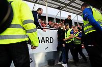 Fotball , Eliteserien ,<br /> 01.09.2019 , 20190901<br /> Lillestrøm - Brann<br /> Stadionvakter og bortefans like i etterkant av målet til 2-1, da et antall tilskuere ble ført bort av vakter og politi <br /> Foto: Sjur Stølen / Digitalsport