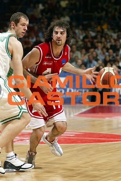 DESCRIZIONE : MILANO CAMPIONATO LEGA A1 2004-2005 PLAY OFF SEMIFINALI GARA4<br />GIOCATORE : CALABRIA<br />SQUADRA : ARMANI JEANS MILANO<br />EVENTO : CAMPIONATO LEGA A1 2004-2005 PLAY OFF SEMIFINALI GARA4<br />GARA : ARMANI JEANS MILANO-BENETTON TREVISO<br />DATA : 02/06/2005<br />CATEGORIA : Palleggio<br />SPORT : Pallacanestro<br />AUTORE : AGENZIA CIAMILLO &amp; CASTORIA/S.Ceretti