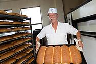 James Tilander visar upp br&ouml;den som ska bli hans stors&auml;ljare &quot;Astoria Cinnamon Toast&quot;. En typ av skorpa med kanel och str&ouml;socker. Home Bakery s&auml;nder skorporna &ouml;ver hela USA, fr&aring;n New York City till Alaska. <br /> <br /> James Tilander &auml;r bagare som driver bageriet Home Bakery i Astoria, Oregon. 1910 startades Home Bakery av tre finska emigranter Elmer Wallo, Charlie Jarvanin och Arthur A. Tilander. James Tilander &auml;r barnbarn till Arthur A. Tilander.<br /> <br /> Foto: Christina Sj&ouml;gren