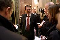 17 DEC 2004, BERLIN/GERMANY:<br /> Dieter Althaus (M), CDU, Ministerpraesident Thueringen, im Gespraech mit Journalisten, waehrend der Sitzung des Bundesrates, Bundesrat<br /> IMAGE: 20041217-01-039<br /> KEYWORDS: Gespräch, Journalist