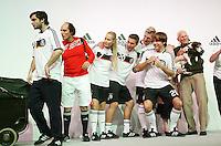 FUSSBALL     INTERNATIONAL     SAISON 2007/2008   DFB und Adidas praesentieren das neue EM Trikot zur Europameisterschaft 2008 am 14.11.2007 in Hannover Models und Lukas PODOLSKI (4. v.r.) und Bastian SCHWEINSTEIGER (5. v.r.) posieren im neuen Trikot