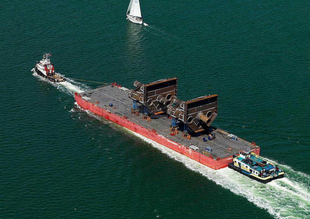 Sleepboot Zephyrus van firma mammoet met ponton geladen met jackets voor de JA1 S2. De bak wordt door de duwboot matricaria