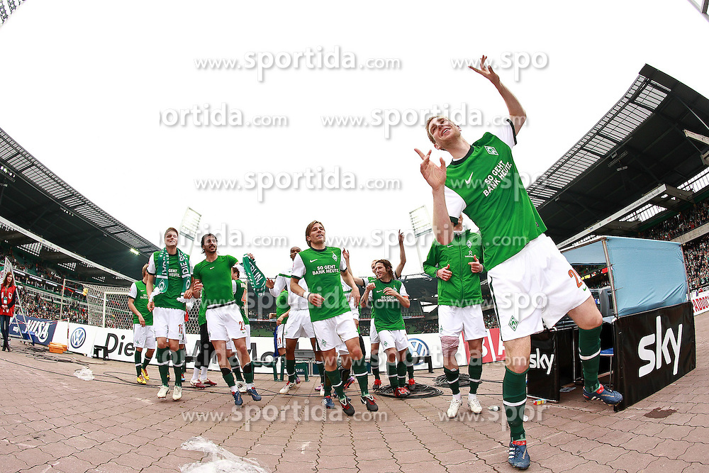 08.05.2010, Weserstadion, Bremen, GER, FBL 09 10, Werder Bremen vs Hamburger SV (HSV) 1:1 (0:0), im Bild Per Mertesacker (GER Werder #29), Sebastian Pr^dl (Proedl AUT Werder #15), Naldo (BRA Werder #04), Hugo Almeida (POR Werder #23), Clemens Fritz (GER Werder #08), Tim Borowski (GER Werder #06) tanzen vor Freude. EXPA Pictures © 2010, PhotoCredit: EXPA/ nph/  Arend / SPORTIDA PHOTO AGENCY