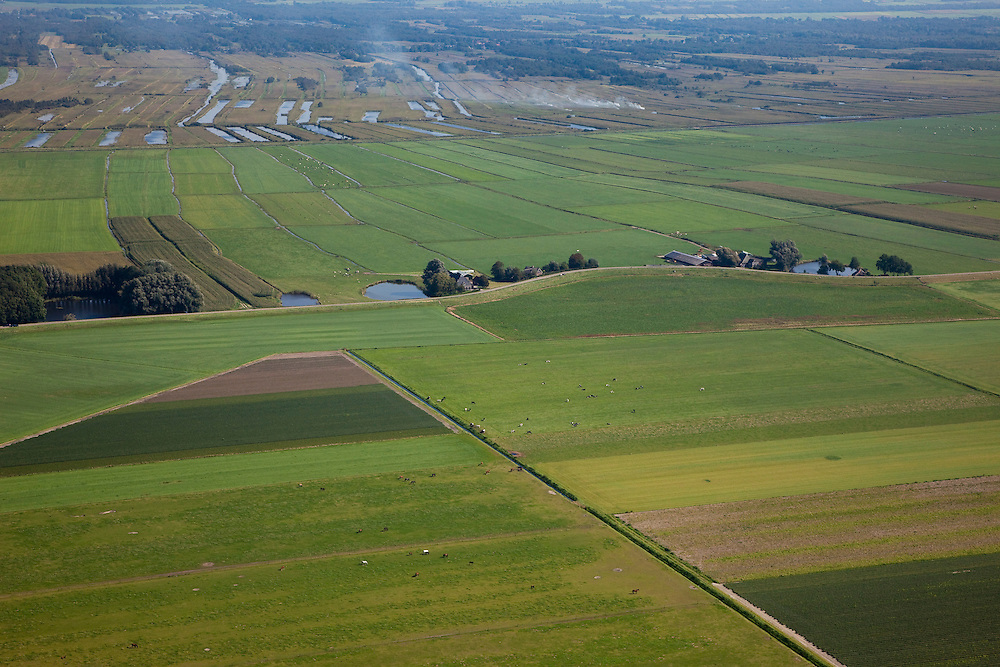 Nederland, Flevoland, Overijssel, 08-09-2009. Omgeving Blankenham, Blokzijlerdijk, grens tussen het nieuwe land van de Noordoostpolder (onder) en het oude land: Binnenpolder in het Zuideinde van Blankenham,  natuurgebied de Weerribben aan de horizon. De dijk is een oude zeedijk, de waterplassen bij de dijk zijn wielen of kolken, restanten van dijkdoorbraken. .Environment Blankenham, boundary between the new land of the Noordoostpolder (below) and the old country: Binnenpolder in the South End of Blankenham, the nature reserve of the Weerribben at the horizon. The dike is an old sea dike, the dike pools are remnants of earlier dyke  breaches.toeslag); aerial photo (additional fee required); .foto Siebe Swart / photo Siebe Swart