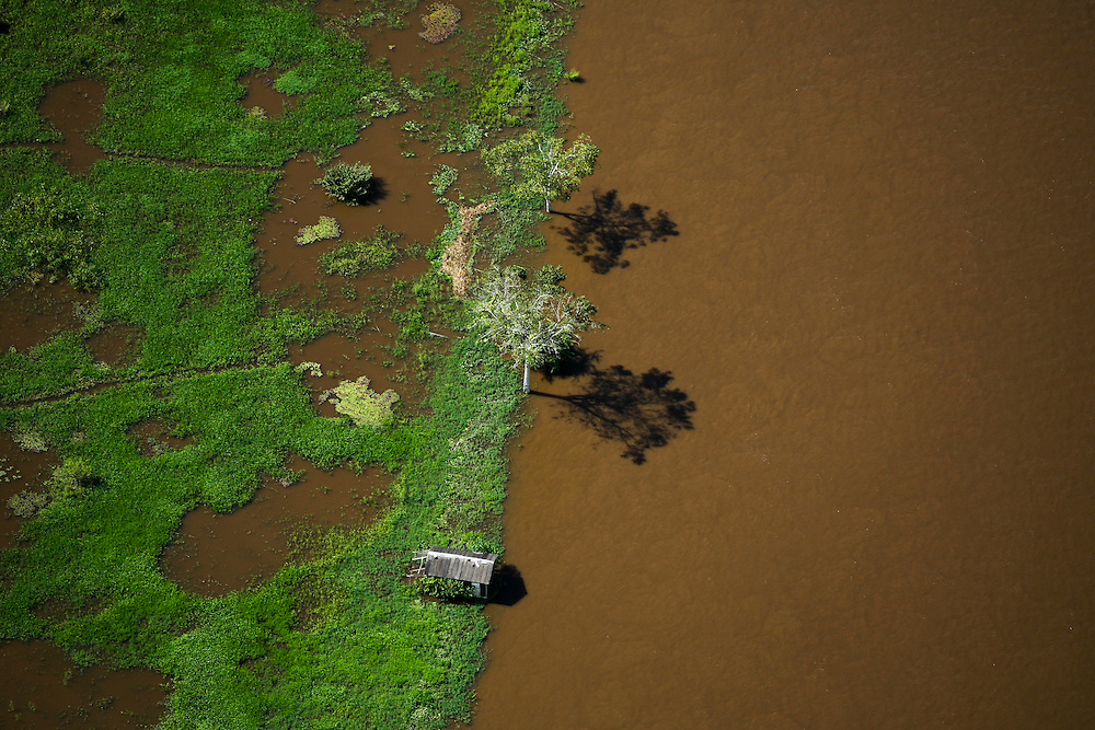 May 15th 2006. West of Santarem (Para State, Brazil)..Amazon river, aerial scouting of the flooding affected area.  ©Daniel Beltra