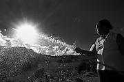 O Assentamento Engenho Amaraji fica na Zona da Mata pernambucana, no munic&iacute;pio de Rio Formoso. A cidade fica no encontro do rio Formoso com o mar. Hoje vivem no assentamento cerca de 200 fam&iacute;lias assentadas pela reforma agr&aacute;ria desde 1998. Amaraji &eacute; uma palavra ind&iacute;gena que significa &lsquo;&aacute;guas do c&eacute;u&rsquo;. Os moradores s&atilde;o pequenos agricultores rurais que cultivam basicamente macaxeira, feij&atilde;o, milho, banana, batata, cana, abacaxi, coco, verduras, legumes e hortali&ccedil;as. A maioria vende nas feiras livres e quem j&aacute; adotou o SAF (sistema agroecol&oacute;gico) vende nas feiras agroecol&oacute;gicas. A comunidade tem projetos de beneficiamento de polpa de frutas e mel. A Unidade de Polpa &ndash; faz o processo de despolpar, embalar e resfriar. A venda fica por conta de cada pessoa &ndash; que leva as polpas pra congelar em casa. Paga-se R$2,7, por kg de fruta, para a Unidade de Polpa - para manuten&ccedil;&atilde;o. O Centro de Desenvolvimento Agroecol&oacute;gico Sabi&aacute; trabalha com a comunidade h&aacute; cerca de 18 anos na implanta&ccedil;&atilde;o de SAFs &ndash; sistemas agroflorestais.<br /> <br /> Lindalva Maria Assis da Silva &eacute; agricultora. Foi criada pela av&oacute; e tias morando nas fazendas de cana da regi&atilde;o - Usineiro. Quando cresceu trabalhava de gra&ccedil;a como dom&eacute;stica nestes mesmos engenhos. Aos 14 anos decidiu estudar, em Rio Formoso fez a &lsquo;admiss&atilde;o&rsquo; e o gin&aacute;sio. Trabalhou durante 26 anos como professora rural no Engenho da Usina Trapiche. Hoje em dia ela vive no Assentamento Engenho Amaraji e faz parte de um grupo de cerca de 15 fam&iacute;lias que trabalha no beneficiamento da polpa frutas (a regi&atilde;o &eacute; naturalmente farta de manga, caju, abacaxi, caj&aacute;, graviola, acerola e cupua&ccedil;u). Lindalva produz aproximadamente 1500 kg por m&ecirc;s de frutas variadas. O grupo est&aacute; neste momento bus