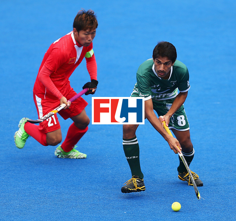 LONDON, ENGLAND - JUNE 25: Chen Du of China puts pressure on Muhammad Irfan Jr. of Pakistan during the 7th/8th place match between Pakistan and China on day nine of the Hero Hockey World League Semi-Final at Lee Valley Hockey and Tennis Centre on June 25, 2017 in London, England.  (Photo by Steve Bardens/Getty Images)