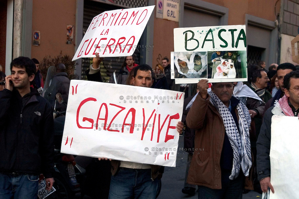Roma 17 Gennaio 2009.Manifestazione  Contro l'attacco di Israele alla striscia di Gaza..Demonstration against the attack of Israel to the Gaza Strip.The banner reads: Gaza lives.