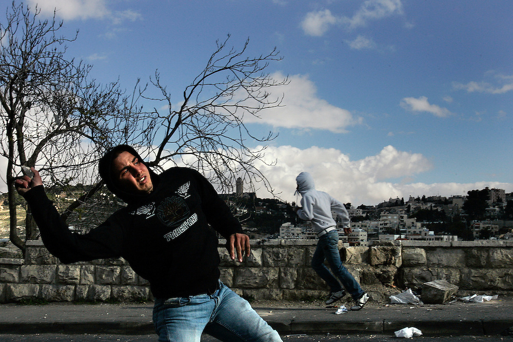 Palestinians demonstrator throw stones  on Police forces in East Jerusalem Photo by Olivier Fitoussi. *** Local Caption *** clashes..old city..stone..palestinian