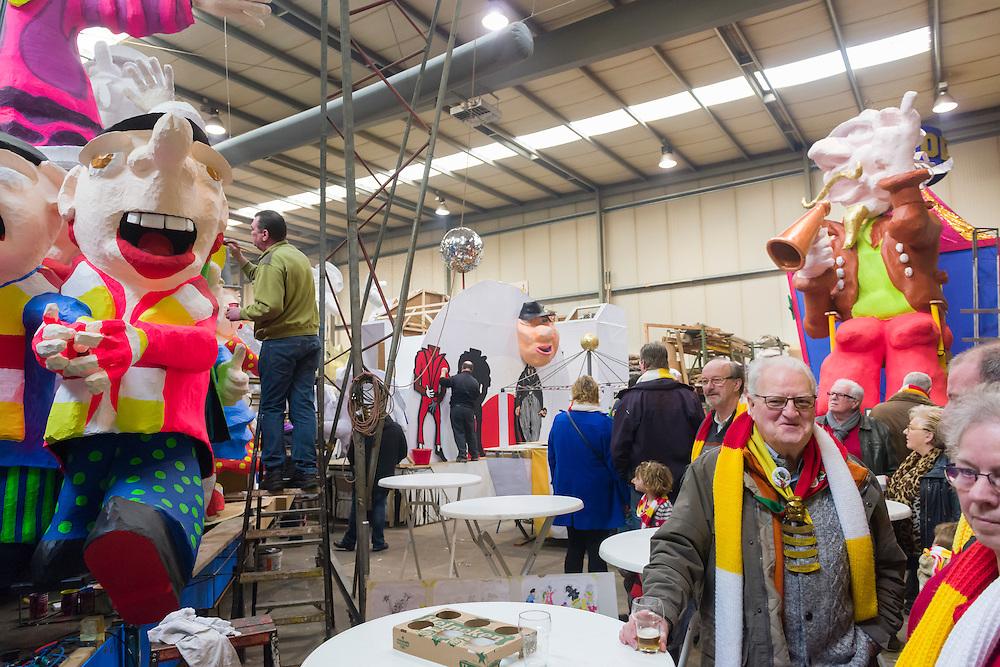Nederland, Den Bosch, 20150124.<br /> Effe pl&egrave;kke bij de bouwers.<br /> Open Dagen in de Oeteldonkse Bouwhal<br /> Drie weken voordat de Grote Carnavals Optocht in Oeteldonk van start gaat houden de Oeteldonkse praalwagenbouwers open huis.&nbsp;Op zaterdag&nbsp;24 en zondag&nbsp;25 januari 2015 is iedereen van harte welkom om in de Oeteldonkse Bouwhal&nbsp;een indruk te krijgen van de praalwagens die dit jaar gaan deelnemen aan de Grote Optocht op 16 februari 2015.&nbsp;<br /> <br /> Netherlands, Den Bosch, 20150124.<br /> Open Days in the building hal of Oeteldonk.<br /> Three weeks before the Grand Carnival Parade in Oeteldonk there is an open house to see the carnivals wagons.