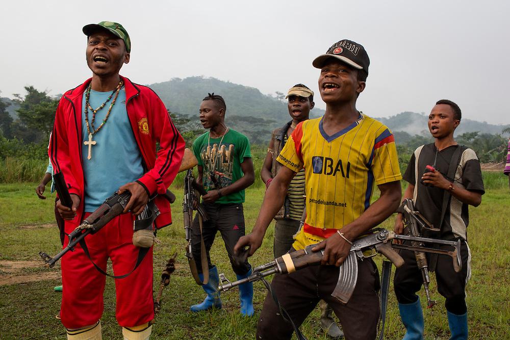 Nyambembe, Congo<br /> <br /> En av rebell gruppen RM, Raia Mutomboki, f&auml;sten &auml;r i byn Nyambembe.<br /> H&auml;r sjunger och dansar man f&ouml;r att soldaterna ska f&aring; kraft och styrka.<br /> Musigwa-Mo&iuml;se i gul tr&ouml;ja ser ut som 15 men s&auml;ger sj&auml;lv att han &auml;r 30 &aring;r.<br /> <br /> Photo: Niclas Hammarstr&ouml;m