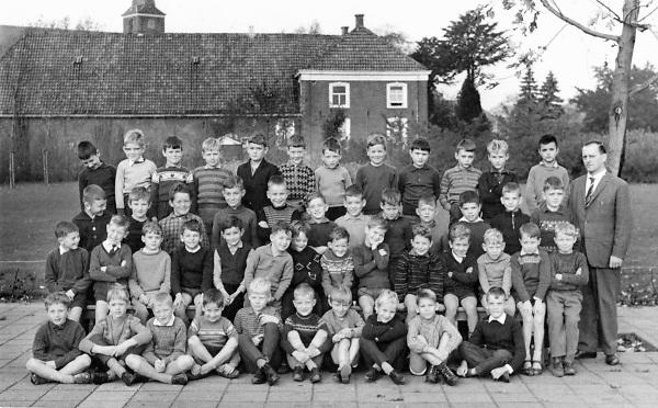 Nederland, Ubbergen, 15-10-1964Groepsfoto, klassefoto van mijn 2e klas van de katholieke lagere school in Wijchen uit 1964. De klas destijds bestond uit 48 leerlingen. Op de achtergrond een boerenhuis en de kerk, kerktoren.Foto: Flip Franssen/Hollandse Hoogte