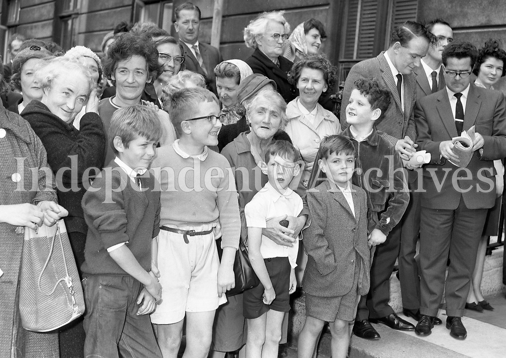 32166<br /> President De Valera leaving the Mater Nursing Home after his recent illness, being greeted by well-wishers.<br /> September 11 1964. <br /> (Part of the Independent Ireland Newspapers/NLI Collection)