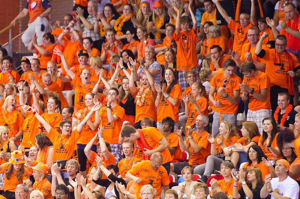 02-06-2011 HANDBAL: BEKERFINALE HURRY UP - O EN E: ALMERE<br /> (L-R) Publiek support voor Kremer Hurry Up<br /> ©2011-FotoHoogendoorn.nl / Peter Schalk