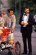 DEU, Germany, Berlin, man buys drinks from a street vendor at the Brandenburg Gate.....DEU, Deutschland, Berlin, Mann kauft Getraenke bei einem Strassenverkaeufer am Brandenburger Tor...1988