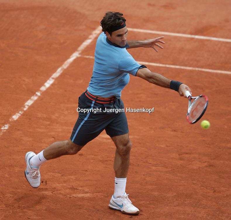 French Open 2009, Roland Garros, Paris, Frankreich,Sport, Tennis, ITF Grand Slam Tournament, . Roger Federer (SUI)  spielt eine Rueckhand,backhand,action.....Foto: Juergen Hasenkopf..