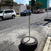 Toluca, México.- En diversas calles de Toluca es común encontrar llantas, sillas u otros objetos apartando lugares en la vía pública o para evitar que los vehículos se estacionen frente a domicilios o comercios, tal es el caso de la calle Miguel Salinas, a una cuadra de Paseo Tollocan, en donde es común observar esto.  Agencia MVT / Crisanta Espinosa
