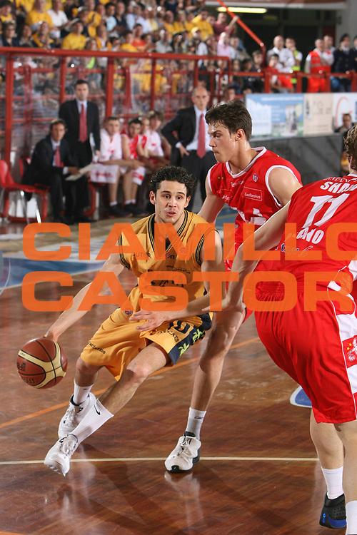 DESCRIZIONE : Porto San Giorgio Lega A1 2007-08 Playoff Quarti Di Finale Gara 3 Premiata Montegranaro Armani Jeans Milano <br /> GIOCATORE : Luca Vitali <br /> SQUADRA : Premiata Montegranaro <br /> EVENTO : Campionato Lega A1 2007-2008 <br /> GARA : Premiata Montegranaro Armani Jeans Milano <br /> DATA : 14/05/2008 <br /> CATEGORIA : Palleggio <br /> SPORT : Pallacanestro <br /> AUTORE : Agenzia Ciamillo-Castoria/G.Ciamillo <br /> Galleria : Lega Basket A1 2007-2008 <br /> Fotonotizia : Porto San Giorgio Campionato Italiano Lega A1 2007-2008 Playoff Quarti Di Finale Gara 3 Premiata Montegranaro Armani Jeans Milano <br /> Predefinita :