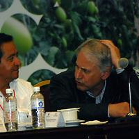 """Toluca, Mex.- Cruz López Aguilar (der), presidente de la CNC y Arturo Osornio Sánchez (izq), secretario de Desarrollo Agropecuario, en la inauguración del Foro Nacional de Conclusiones sobre el Presupuesto para el Campo """"Avances 2008 y Propuestas 2009"""". Agencia MVT / José Hernández. (DIGITAL)<br /> <br /> <br /> <br /> NO ARCHIVAR - NO ARCHIVE"""
