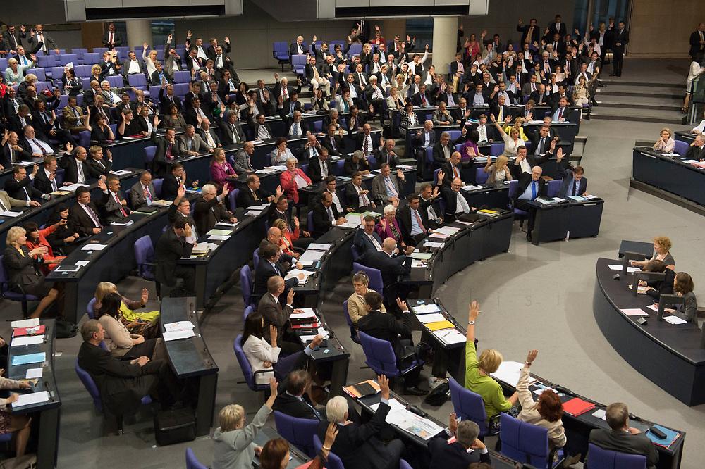29 JUN 2012, BERLIN/GERMANY:<br /> Uebersicht waehrend der ersten Abstimmung durch Hand aufheben zum Fiskalpakt, zum dauerhaften Euro-Rettungsschirm ESM, zur ESM-Finanzierung und zur Aenderung des Vertrags über die Arbeitsweise der Europaeischen Union , Plenum, Deutscher Bundestag<br /> IMAGE: 20120629-01-159<br /> KEYWORDS: Fiskalpakt, dauerhafter Rettungsschirm EFSM, Fiskalvertrag, Einrichtung des Europäischen Stabilitätsmechanismus, Europäischen Stabilitätsmechanismus ESM-Finanzierungsgesetz ESMF, Stabilitaetsunion, Übersicht