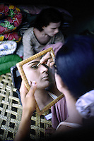 Pakistan - Hijra, les demi-femmes du Pakistan - Hijra qui se prepare pour danser dans un cirque dans la province du Punjab //Pakistan. Punjab province. Hijra, the half woman of Pakistan
