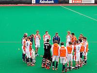 ROTTERDAM - HOCKEY - Napraten bij Oranje   na  de oefenwedstrijd tussen de mannen van Nederland en Engeland. FOTO KOEN SUYK