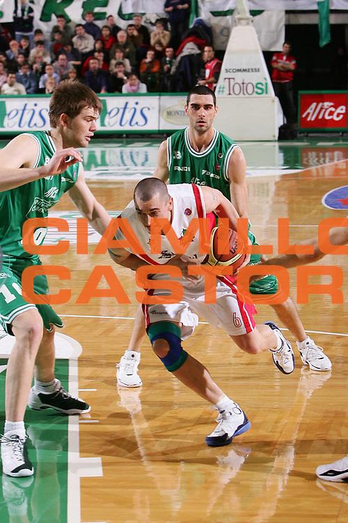 DESCRIZIONE : Treviso Lega A1 2005-06 Benetton Treviso Whirlpool Varese <br /> GIOCATORE : Hafnar <br /> SQUADRA : Whirlpool Varese <br /> EVENTO : Campionato Lega A1 2005-2006 <br /> GARA : Benetton Treviso Whirlpool Varese <br /> DATA : 28/12/2005 <br /> CATEGORIA : Penetrazione <br /> SPORT : Pallacanestro <br /> AUTORE : Agenzia Ciamillo-Castoria/S.Silvestri <br /> Galleria : Lega Basket A1 2005-2006 <br /> Fotonotizia : Treviso Campionato Italiano Lega A1 2005-2006 Benetton Treviso Whirlpool Varese <br /> Predefinita :