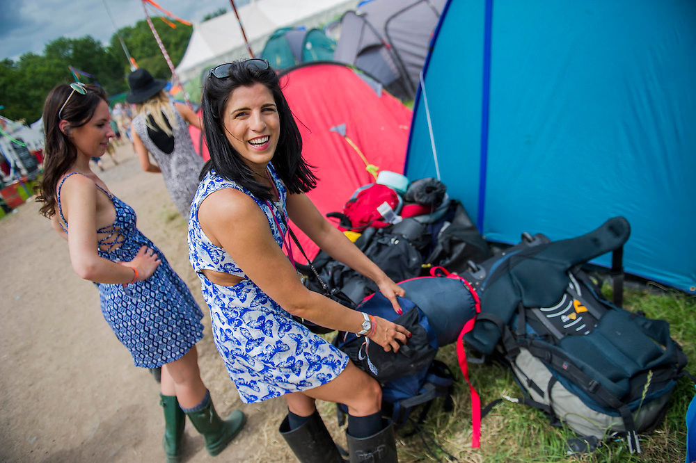 Arrivals face blistering heat as they struggle in with their kit and struggle with their tents. The 2015 Glastonbury Festival, Worthy Farm, Glastonbury.