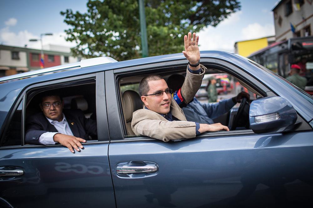 El vicepresidente venezolano, Jorge Arreaza saluda a los simpatizantes del gobierno del presidente venezolano, Nicolás Maduro quienes manifiestan en las afueras del Cuartel de La Montaña, sector 23 de Enero, para recordar el primer aniversario de la muerte del presidente Hugo Chávez Frías. Caracas, 05 de marzo de 2014. (Foto/Ivan Gonzalez)