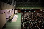 Onagawa  Cérémonie commémorative du 11 mars 2012.Dans le Undôjô sôgô taikukan, anciennement centre de réfugiés se tient la cérémonie commémorative du 11 mars. Tous sont vêtus de noir. 923 des dix milles habitants dOnagawa sont morts ou disparus.